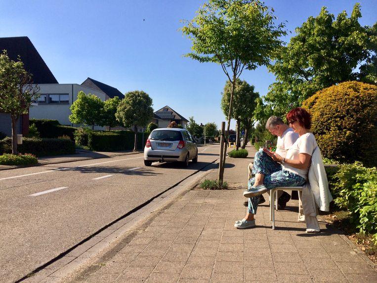 Christel Janssens telde samen met buurman Peter Storms het verkeer in de Palmstraat in Kapellen, kort bij de grens met Ekeren.