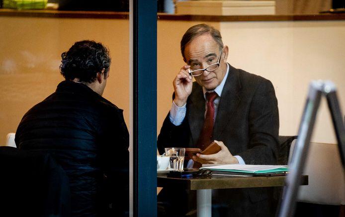 Oud-piloot Julio Poch zit in een koffiezaak voorafgaand aan de openbare verhoren in de zaak van Poch tegen de staat. De oud-piloot daagt de ministeries van Justitie en Veiligheid en Buitenlandse Zaken voor de rechter.