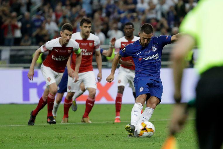 Hazard stuurt Cech de verkeerde kant uit en zet de penalty om voor 3-0.