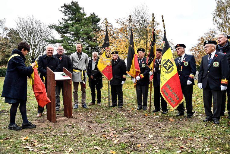 De Vredesboom werd door het stadsbestuur onthuld.