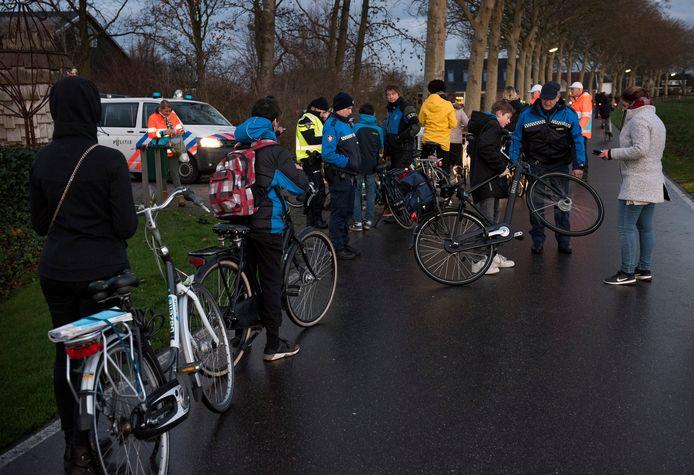 In de rij voor een bekeuring bij de fietsverlichtingscontrole op de Haanwijk