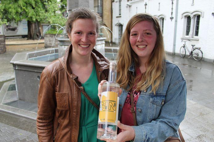 De zussen Pauline en Barbara Van Daele tonen de nieuwe Eeklo Gin: Heethoofd.