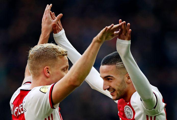 Donny van de Beek en Hakim Ziyech vieren de 3-0 tegen FC Utrecht.