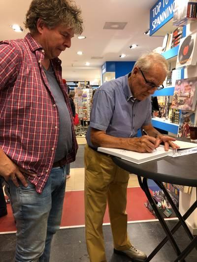 Wielerfans vragen Janssen het hemd van het lijf bij signeersessie in Breda