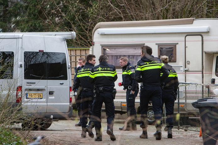 De politie doet een inval op een woonwagenkamp. Volgens criminologe Ilse van Leiden moet niet zomaar de conclusie worden getrokken dat er op woonwagenkampen vaker schietincidenten zijn