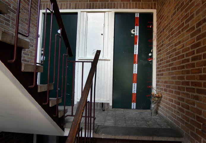 Tekenen van intens leed in een sloopflat in Arnhem-Zuid: bloemen voor de nog altijd verzegelde flatwoning van de vorig jaar mei vermoorde Melissa Ulrich. Archieffoto uit 2007.