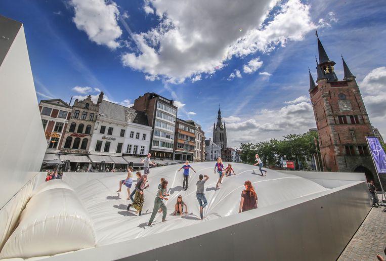 Paradise volgt Play op. Tijdens het vorige stadsfestival stond er onder meer een gigantisch bed op de Grote Markt.