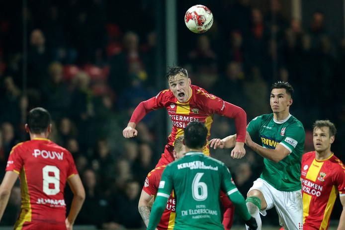 Sam Beukema toren namens Go Ahead Eagles boven alles en iedereen uit tegen FC Dordrecht