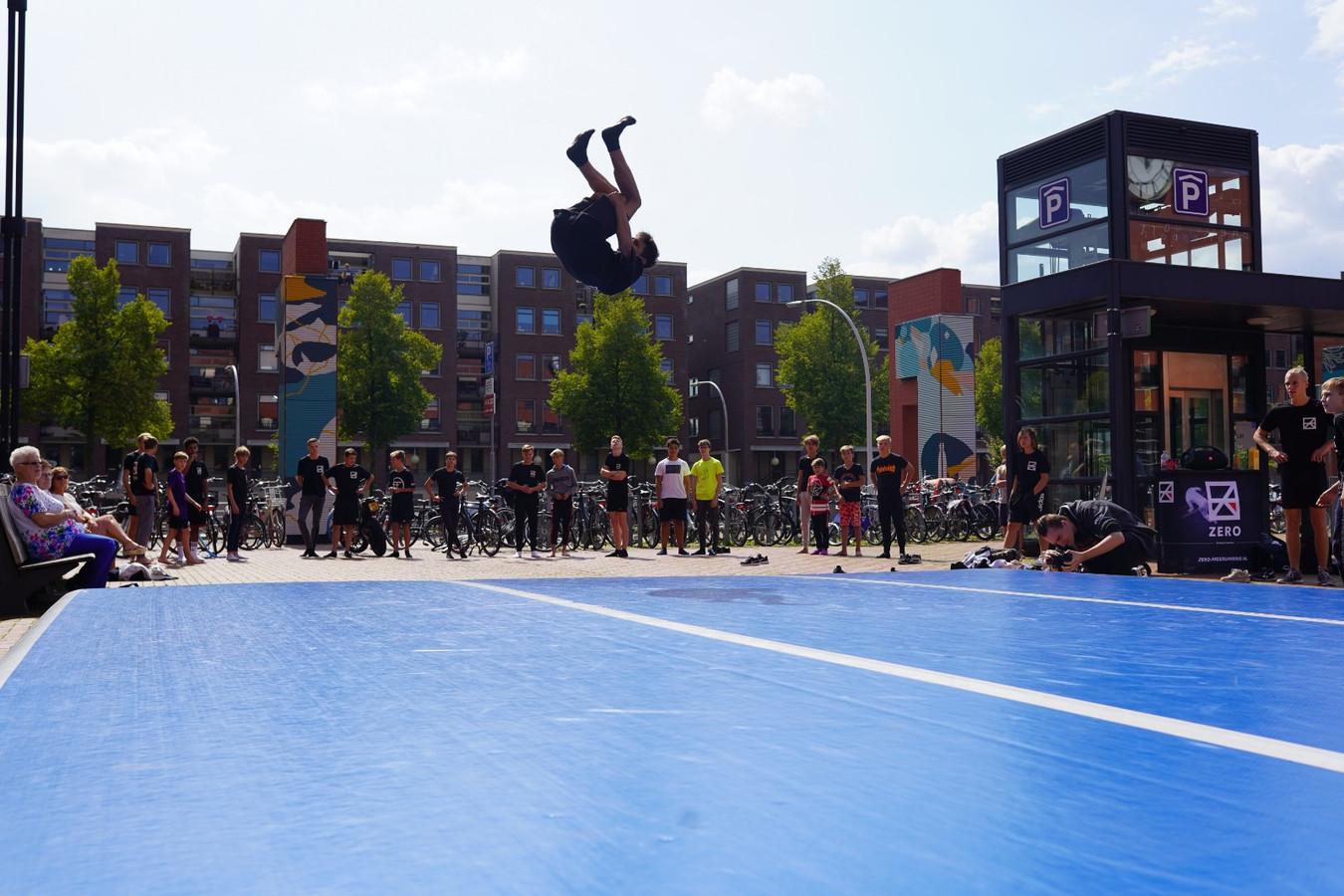 Freerunners geven een demonstratie tijdens het Lübeckplein-festijn in Zwolle
