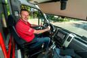 Jos Ouwerling achter het stuur van de geheel op vrijwilligers draaiende buurtbus 556 tussen Heteren, Driel en Elst. Volgens wethouder Horsthuis-Tangelder hèt voorbeeld van een probleem dat door dorpsbewoners is opgepakt.