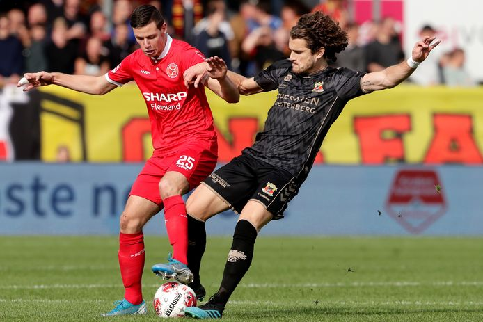 Nick Venema (Almere City FC) en Mael Corboz van Go Ahead Eagles eerder dit seizoen in duel met elkaar in het Yanmar Stadion in Almere.