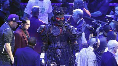 Gekker wordt het niet: bokskolos wijt eerste nederlaag ooit aan... het kostuum dat hij droeg op weg naar de ring