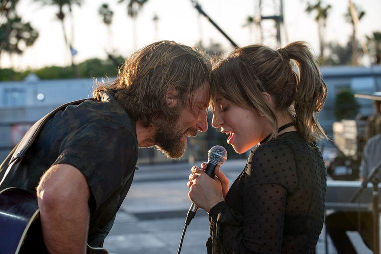 Bradley Cooper & Stefani Germanotta (Lady Gaga) in de film A Star is Born.  Beeld film still