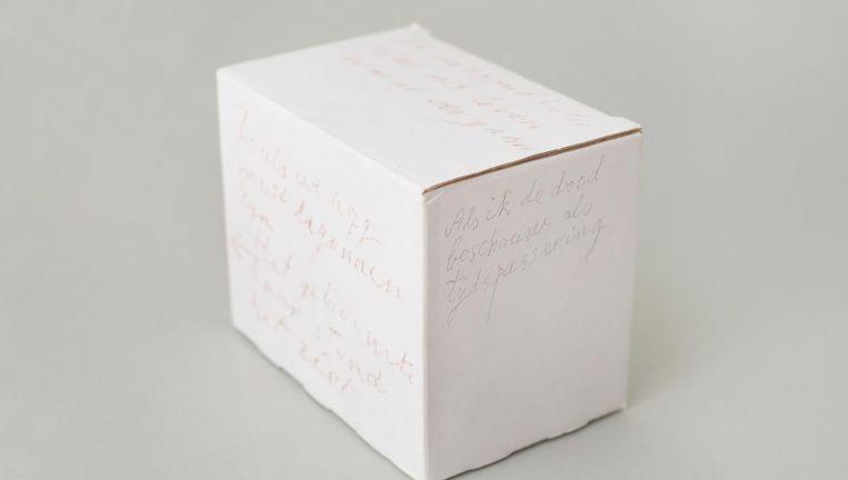 Doosje met aantekeningen uit Wolkers' atelier. Op één zijde staat bibberend geschreven: 'Als ik de dood beschouw als tijdspassering.' Beeld Annabel Miedema