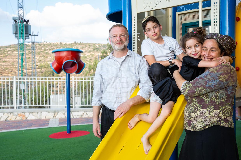 Daniel Gomes de Mesquita (55), Debbie (46), Ariel (11) en Shira (6), in hun woonplaats Talmon, op de Westelijke Jordaanoever.