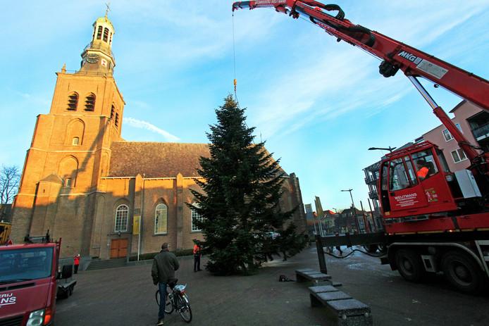 December 2016: de kerstboom voor het Raadhuisplein wordt op zijn plek getakeld.