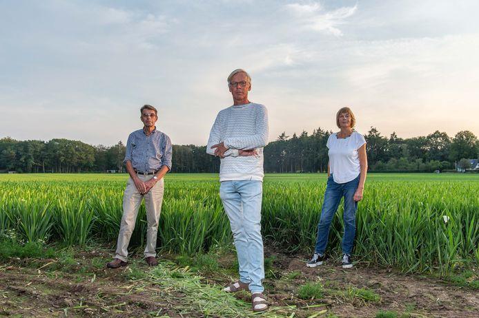 Bollenteelt leidt tot onrust in Wenum Wiesel. Jos Tiel Groenestege (midden) staat met medestanders Trudie en Ruud Lorwa bij het veld. Ze willen de bollenteelt niet accepteren.