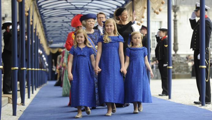 De drie prinsesjes droegen bij de inhuldiging van hun vader jurkjes van ontwerper Natan.