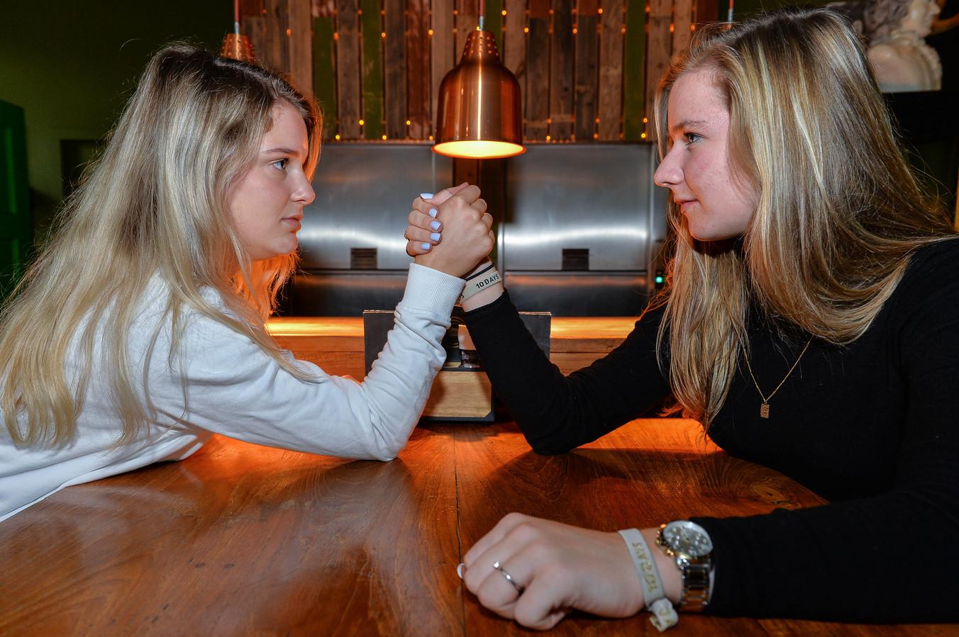 Guusje Hogendoorn van Ares (links) en AMHC-hockeyster Carlijn Muntel staan zondag lijnrecht tegenover elkaar.