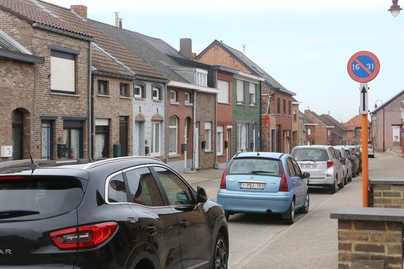 Het beurtelings parkeren in de Houwaartstraat wordt afgeschaft, maar dat plan wacht al bijna twee jaar op uitvoering.