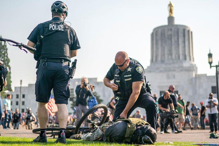 Een arrestatie van een demonstrant tijdens rellen in Portland. De politie bleek bij veel zaken een grote rol te spelen bij onterechte veroordelingen. Beeld Getty Images