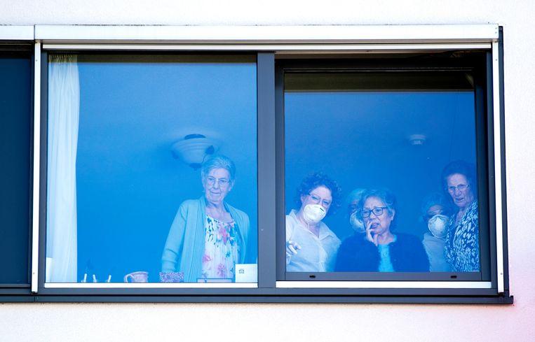 Ouderen en verzorgers in een verzorgingstehuis in Tilburg. Beeld ANP