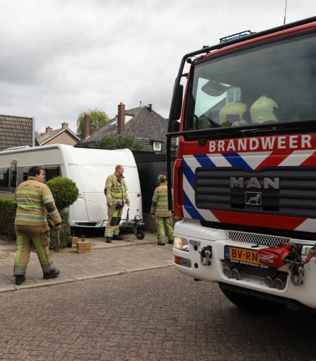 Man bekneld tussen caravan en muur in Baarn