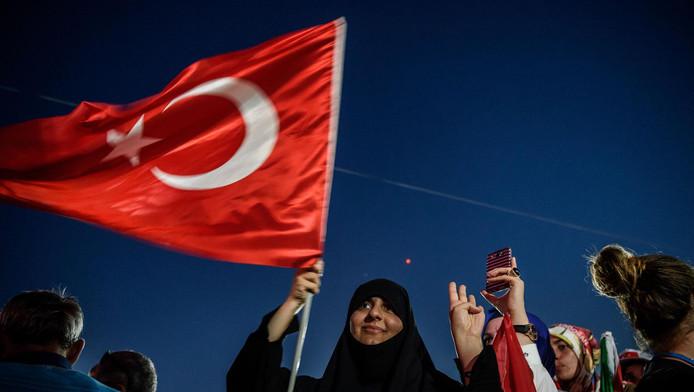 Een Erdogan-aanhanger zwaait met de Turkse vlag