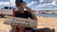 Ongelooflijke truc: vriend schrijft bericht met vergrootglas