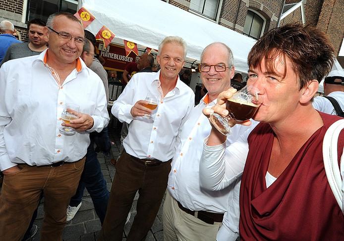 Bbierproeven bij het Bergs bierfestival in Bergen op zoom - - foto: edmund messerschmidt - hetfotoburo