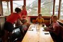 Het gezin van Flip van Doorn eet in een berghut wat de pot schaft, suist op 540 meter over een kloof en luistert naar fluitende bergmarmotten.