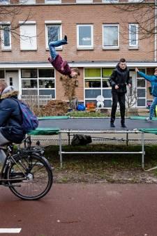 Epe sommeert inwoners hun speeltoestellen van straat te halen: is dat niet gewoon burgertje pesten?