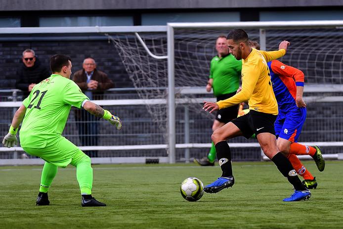 Roman Witting omspeelt VOAB-doelman Jeffrey van Gestel, maar weet niet te scoren. Zijn ploeg zou uiteindelijk met 1-2 verliezen in de slotseconde.