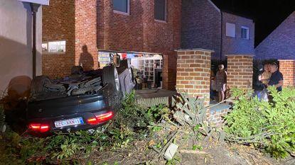 Ravage in Rumst: cabrio belandt op dak in voortuin