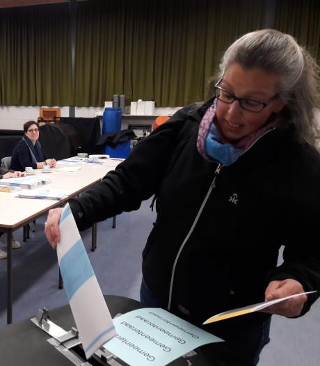 Eerste kiezer in Leuth brengt stem uit