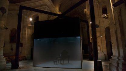 Pianist concerteert in glazen box terwijl as neerdwarrelt