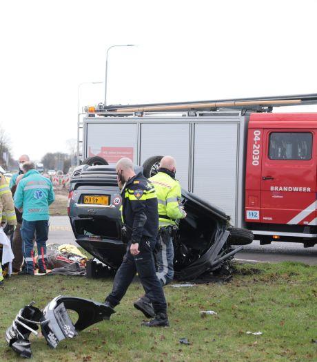 Brommobiel slaat over de kop na aanrijding met vrachtwagen in Dalfsen: bestuurder raakt gewond