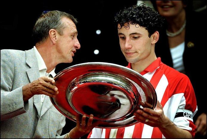 2001: Een joneg Mark van Bommel krijgt de Johan Cruijffschaal uit handen van de naamgever.