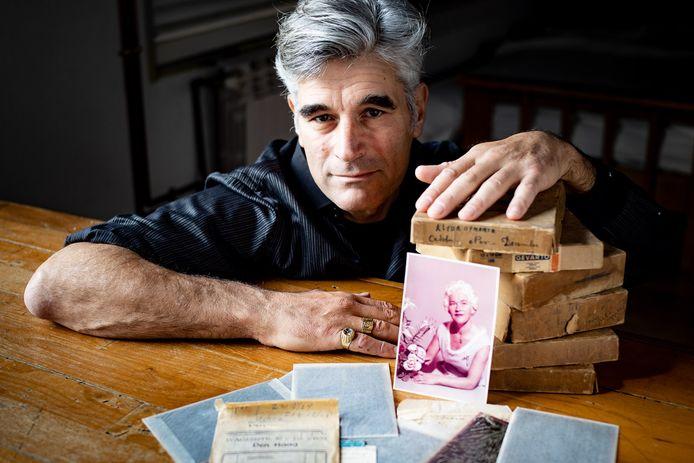 Fotograaf Ernst Lalleman met zijn gevonden schat aan beelden.