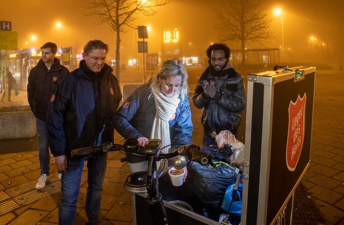Het Leger des Heils deelt soep uit in Ede. Van links naar rechts vrijwilligers Stefan Nieuwland, Erik Pluijgers, Lydia Rozeveld en een dakloze.