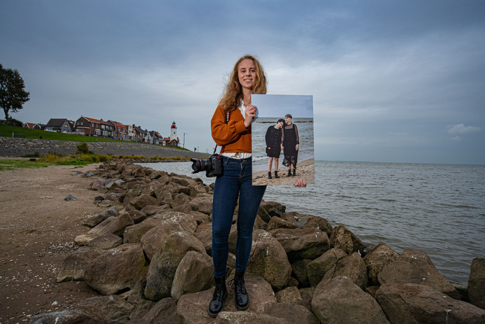 Lianne Snoek met haar geboortedorp Urk op de achtergrond. ,,Ik dacht soms dat ik mijn droom alleen vanuit Amsterdam kon waarmaken.''