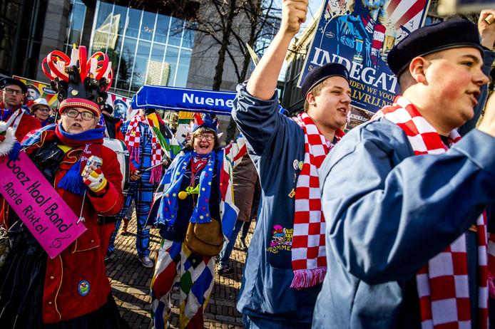 Carnavalsvierders afgelopen woensdag bij de Tweede Kamer voor het aanbieden van de petitie #carnavalvrij. De Bavaria-petitie, die pleit voor twee vrije dagen met carnaval, is meer dan 170.000 keer ondertekend.