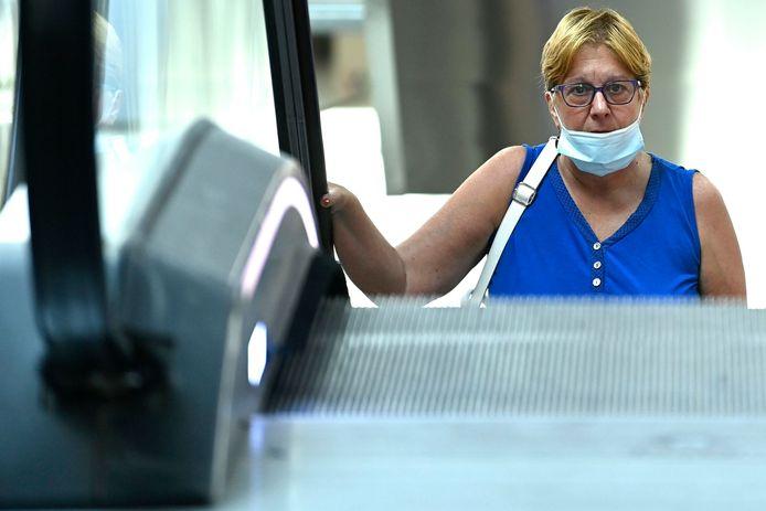 Le masque doit obligatoirement couvrir le nez et la bouche.