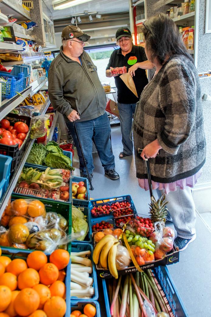 In haar oude SRV-wagen kon Tonny Steenis volop groente en fruit uitstallen.