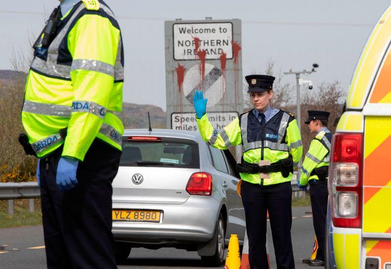 Controles aan de Ierse grens, hier vanwege het coronavirus, kunnen de nieuwe realiteit worden.   Beeld AFP