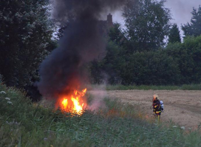 Bij het ongeluk in Terhole vloog de auto in brand.