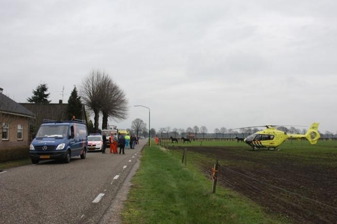Hulpdiensten voor de woning van het echtpaar in Velp dat 29 maart 2010 overvallen werd. Foto Marco van den Broek/Marcofotografie