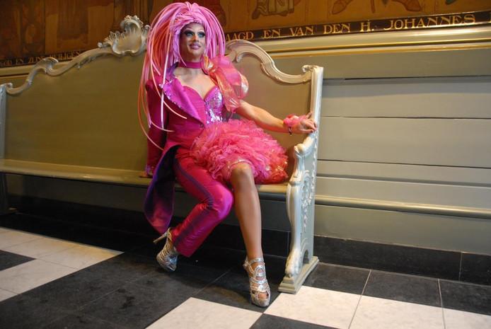 Strangée, Gert-Jan van Geenen volgens de burgerlijke stand, zal volgend jaar tijdens Roze Zaterdag te bewonderen zijn in een bijzondere tweeslachtige outfit, ontworpen door Hester van Amelsvoort