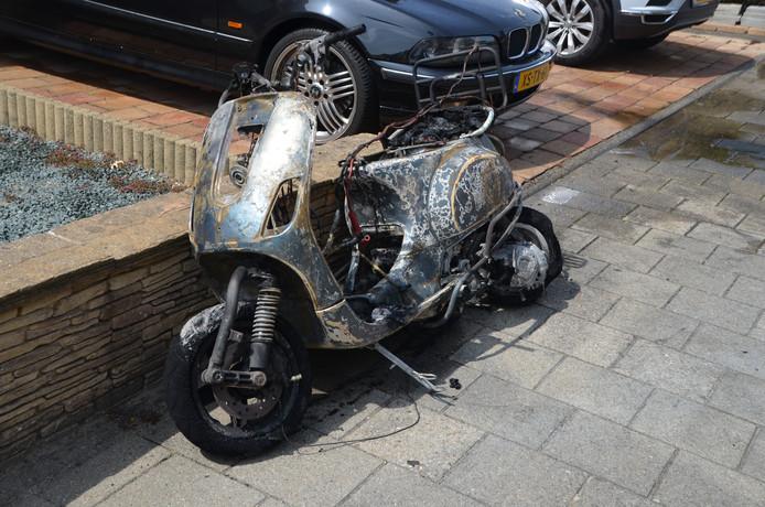De scooter is geheel uitgebrand