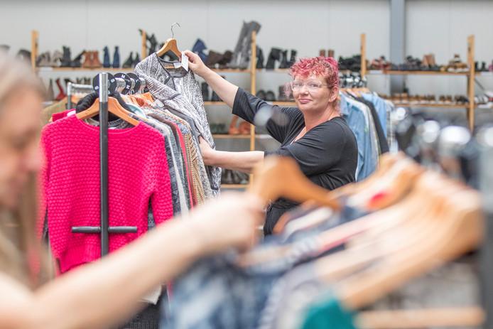 Josephine Hanse uit Kruiningen komt nieuwe kleding uitzoeken.